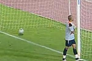 الكرة تدخل مرمى حارس مغربي thumb_01284202622.jpg